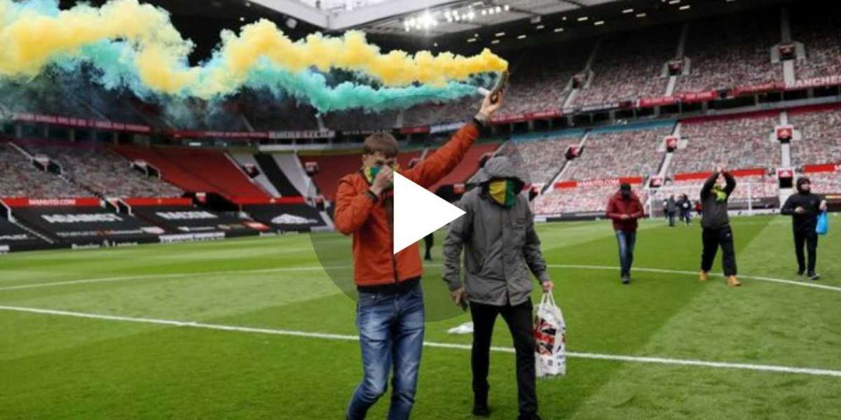 """Watch Video: Jamie Carraghers lays into """"lazy"""" pundits for their misunderstanding over Manchester United protests"""